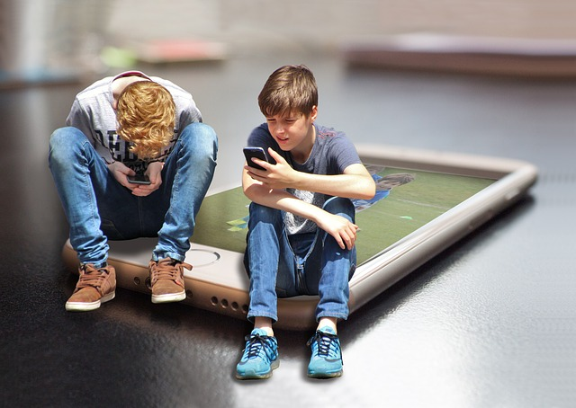 Skärmtid har ingen inverkan på tonåringars välbefinnande, enligt ny forskning